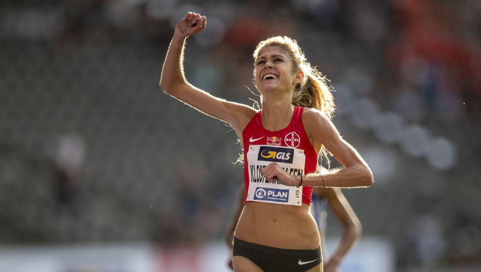Konstanze Klosterhalfen feiert ihren Sieg über 5000 Meter bei den Deutschen Meisterschaften
