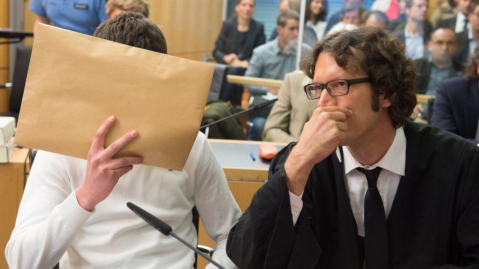 Angeklagter Sanel M. (l., Archiv): Staatsanwältin fordert drei Jahre und drei Monate Haft