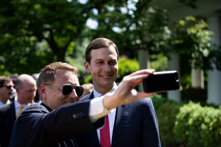 Jared Kushner (r.) posiert im Rosengarten für ein Selfie