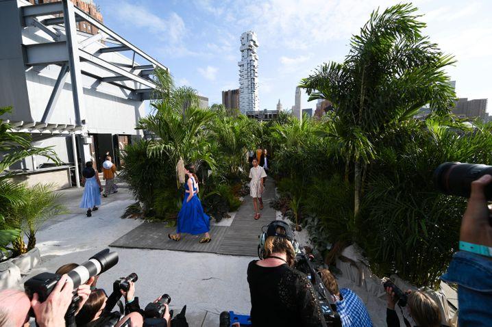 Die New Yorker Fashion Week begann im Corona-Herbst auf einer Dachterrasse in Manhattan