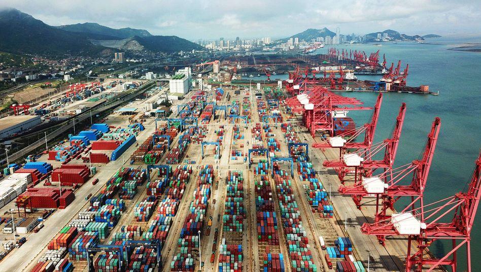 Container im Hafen der chinesischen Stadt Lianyungangam Gelben Meer