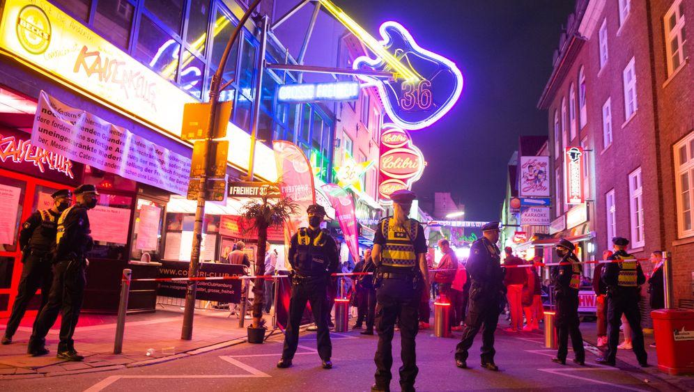 Polizisten kontrollieren den Zugang zur Großen Freiheit in Hamburg