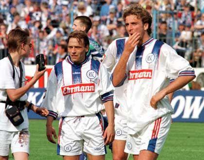 Fassungslos: Weltmeister Thomas Häßler (l.) und Thomas Hengen stiegen mit dem Karlsruher SC 1998 aus der Bundesliga ab