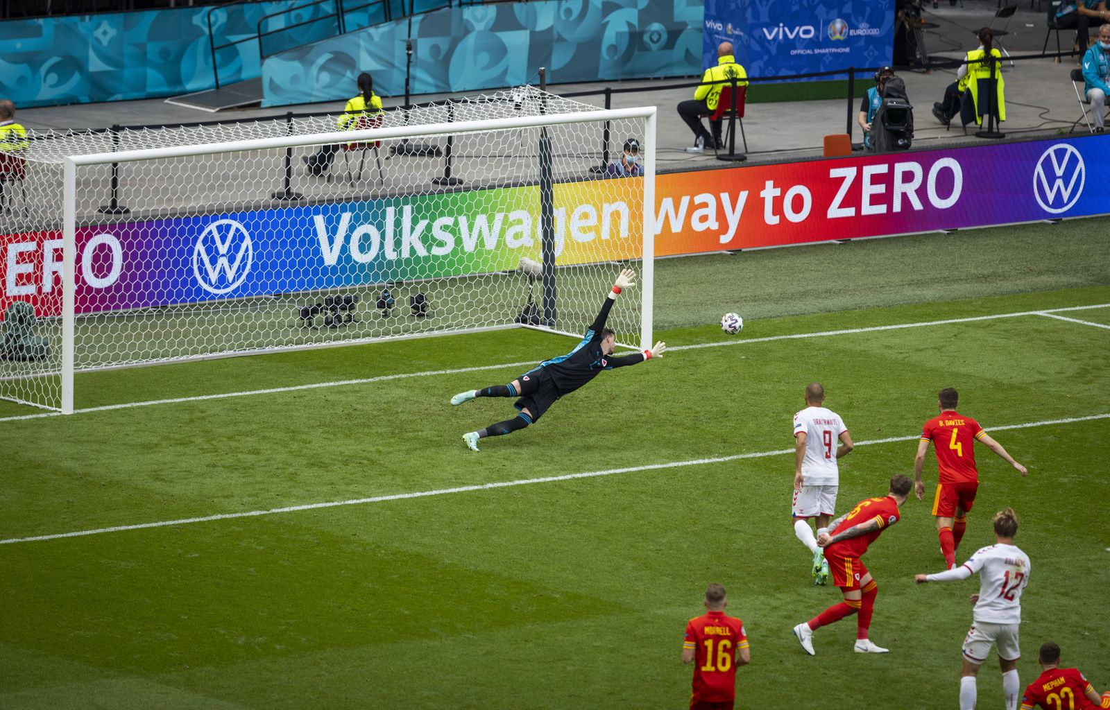 Tor zum 0:1 durch Kasper Dolberg (Dänemark) gegen Torwart Danny Ward (Wales) Wales - Dänemark Amsterdam, 26.06.2021, Fus