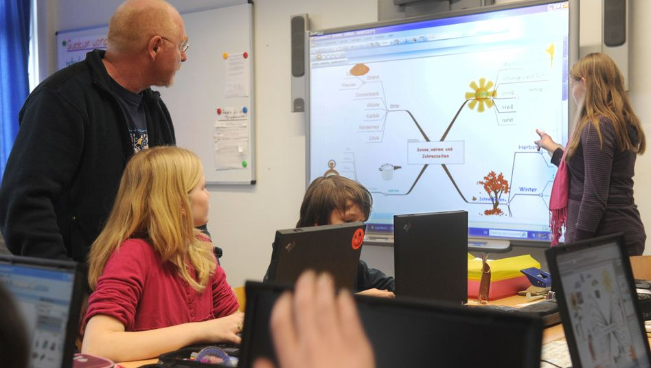 Unterricht mit Whiteboard (Symbolbild): Auch Lehrer müssen das Urheberrecht beachten