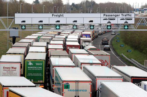 Lastwagen stehen in Großbritannien vor dem Eurotunnel im Stau