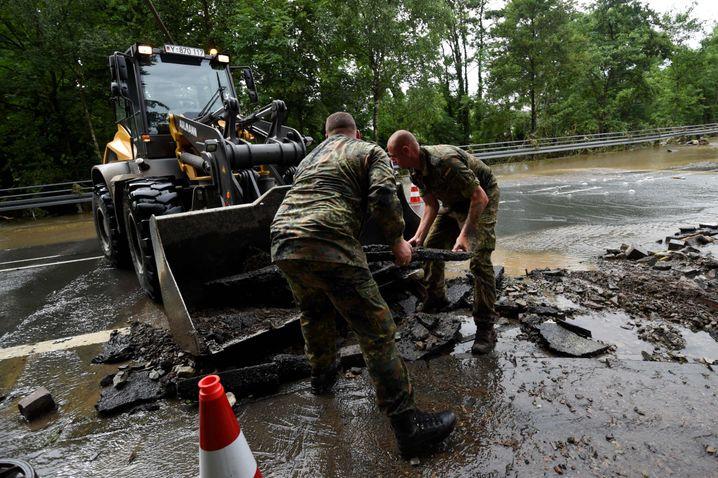 Soldaten in Hagen-Dahl am Donnerstag: Die Bundeswehr hilft bei den Aufräumarbeiten