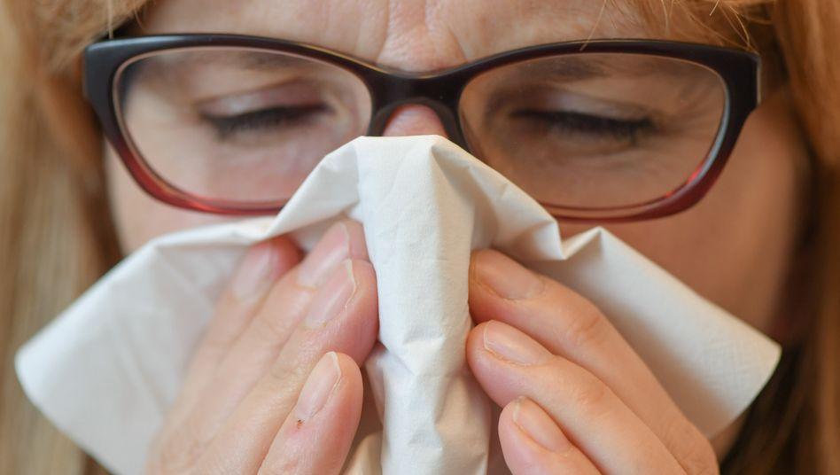 Niesen ins Taschentuch oder in die Armbeuge - vor Grippe und Coronavirus können Hygienemaßnahmen schützen