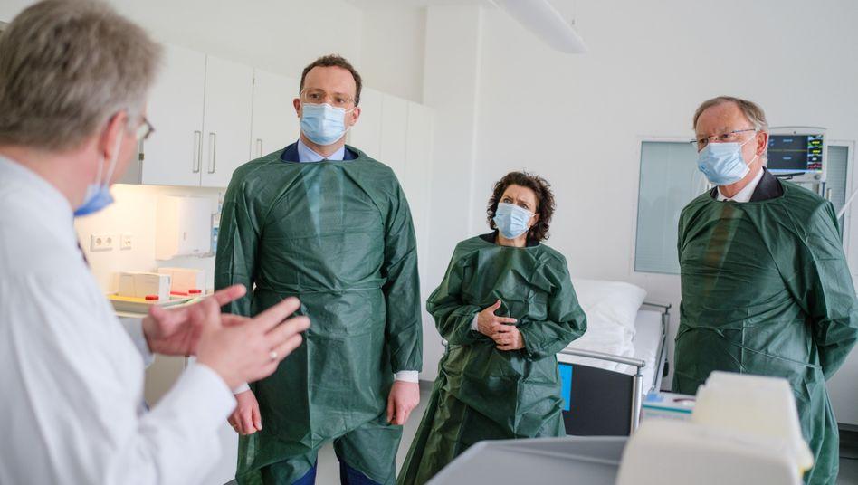 Bundesgesundheitsminister Jens Spahn (2.v.l.) und Niedersachsens Ministerpräsident Stephan Weil (r.) auf einer Forschungsstation