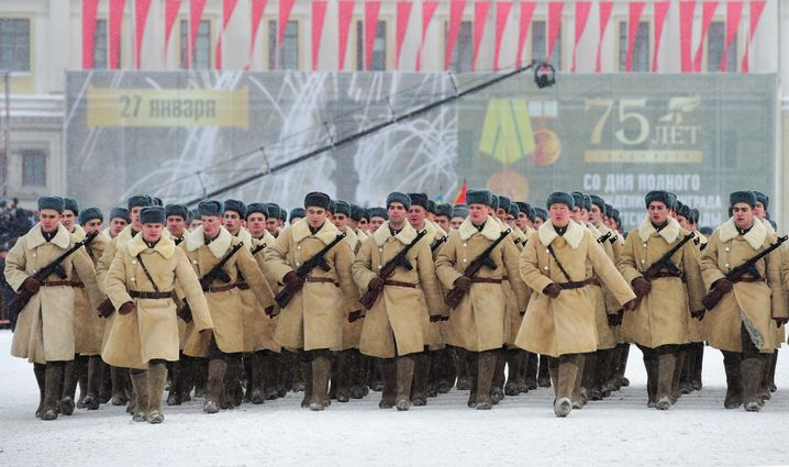 Soldaten beim 75. Jahrestag der Befreiung der Stadt