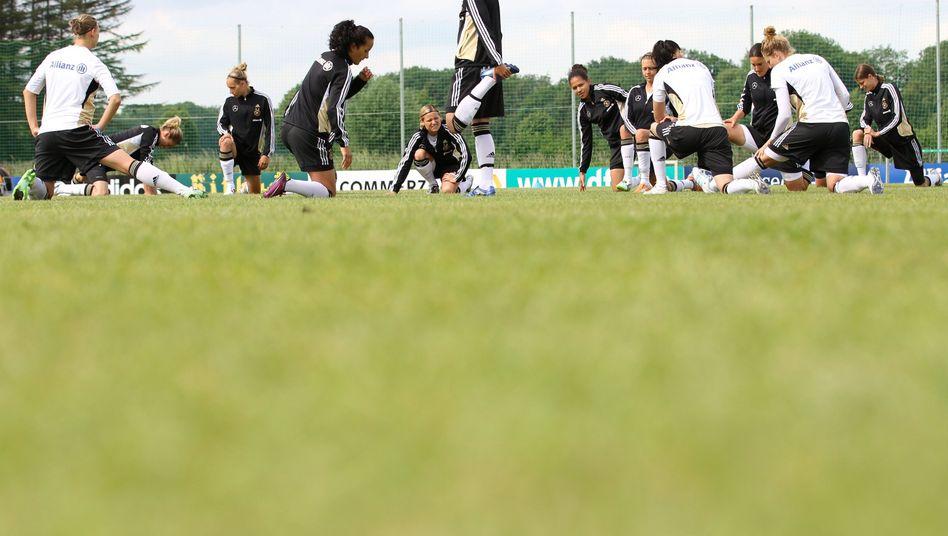 Fußball-Nationalspielerinnen beim Training (Archivbild 2011): Bei manchen Sportarten ist Dehnen davor kontraproduktiv