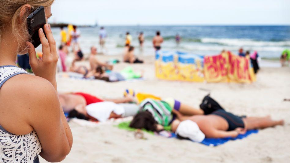 Handynutzung im Urlaub (Symbolbild)