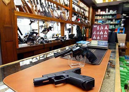 Waffenhändler müssen jeden Verkauf einer Waffe registrieren, und die Ämter müssen diese Bücher prüfen