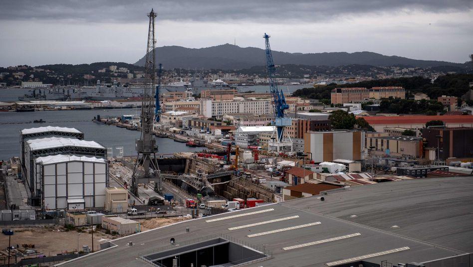 """Werftgelände in Toulon, wo das französische Atom-U-Boot """"Perle"""" bei Wartungsarbeiten in Brand geriet"""