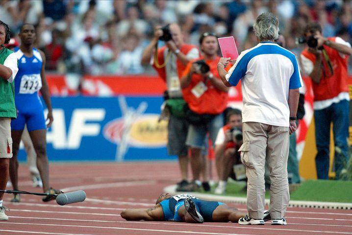 Protestierender US-Sprinter Jon Drummond 2003 in Paris (liegend)