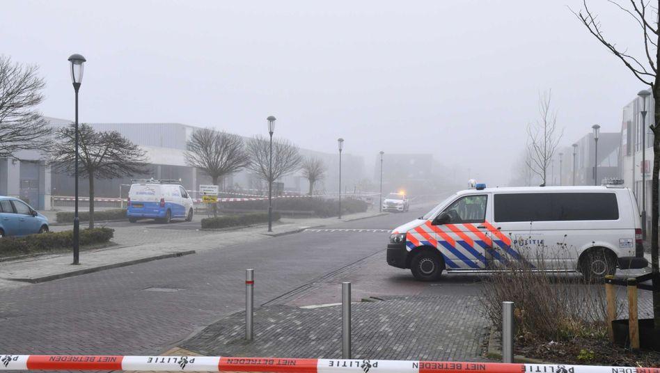 Niederländisches Polizeifahrzeug bei dem Impfzentrum in Bovenkarspel