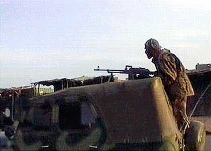Kabul ist gefallen, die Taliban sind weg: Ein Soldat der Nordallianz am Morgen nahe der afghanischen Hauptstadt