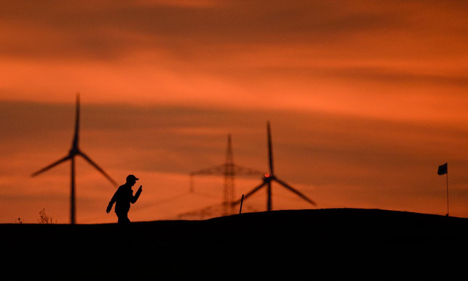 Windräder Sonnenaufgang