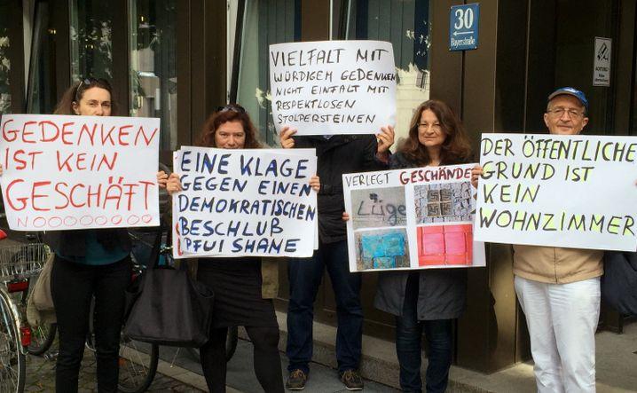 Demonstration gegen die Verlegung von Stolpersteinen vor dem Verwaltungsgericht München