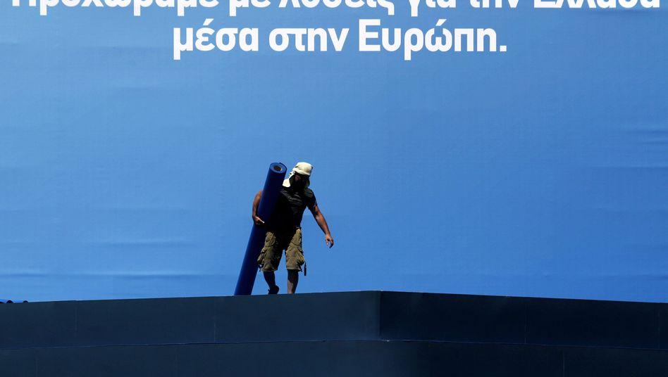 """Arbeiter vor Wahlslogan der Nea Dimokratia: """"Lösung für Griechenland in Europa"""""""