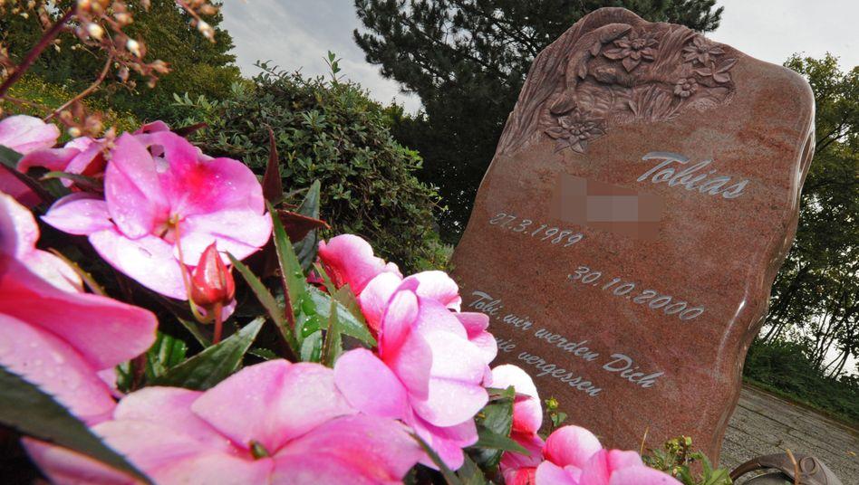 Der Grabstein von Tobias D.: Mutmaßlicher Täter nach elf Jahren gefasst