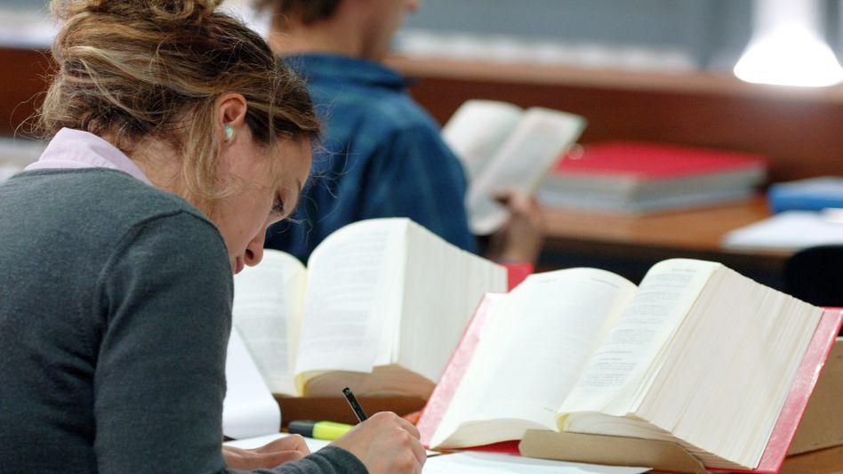 Studentin in der Bibliothek: In welchen Fächern wird wie viel gearbeitet und gelernt?