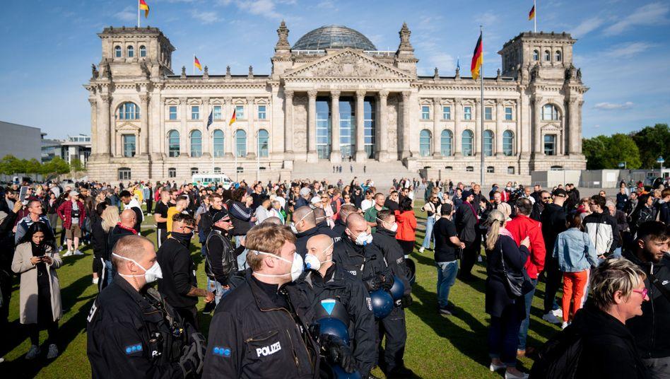 Polizisten sichern die Reichstagswiese, Hunderte Menschen demonstrierten ohne Genehmigung