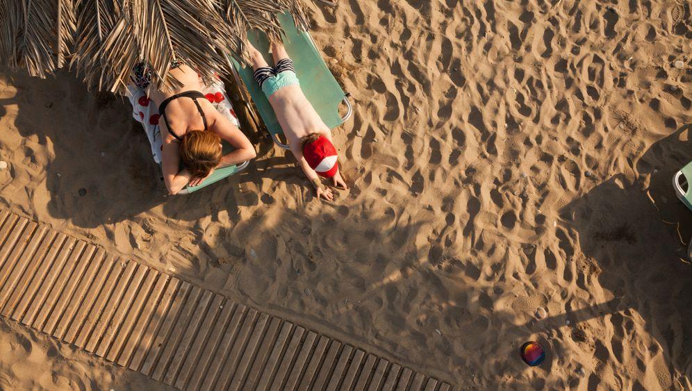 Mutter und Sohn beim Sonnenbaden: Sehnsucht nach Strand
