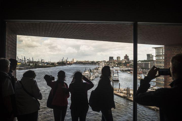 Blick auf den Hamburger Hafen aus dem Panoramafenster der Elbphilharmonie