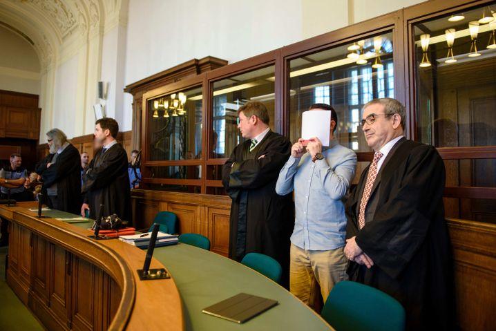 Angeklagter Hamdi H. (2. v. r.) im ersten Prozess im Februar 2017