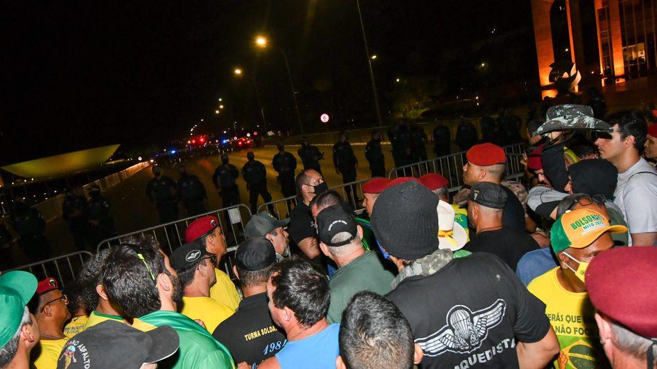 Bolsonaro-Anhänger und Sicherheitskräfte in Brasiliens Hauptstadt Brasília