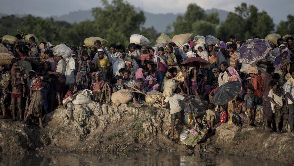 Rohingya auf dem Weg nach Bangladesch