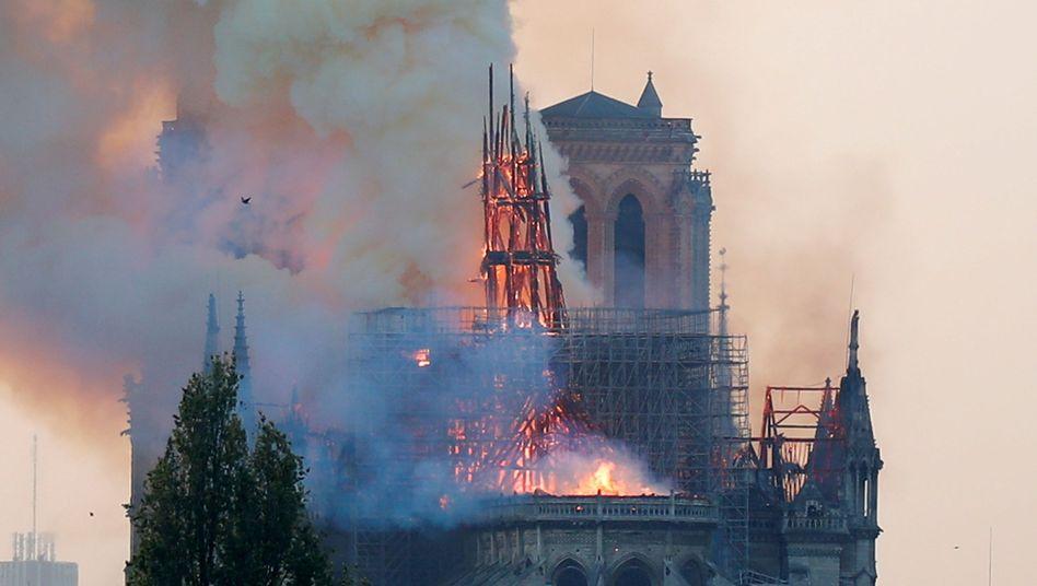 Pariser Wahrzeichen im April: Notre Dame in Flammen