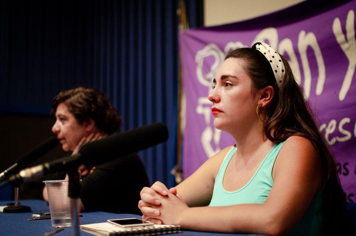 """Bárbara Belén Brito Carrasco bei einer Versammlung der feministischen Organisation """"Pan y Rosas"""""""