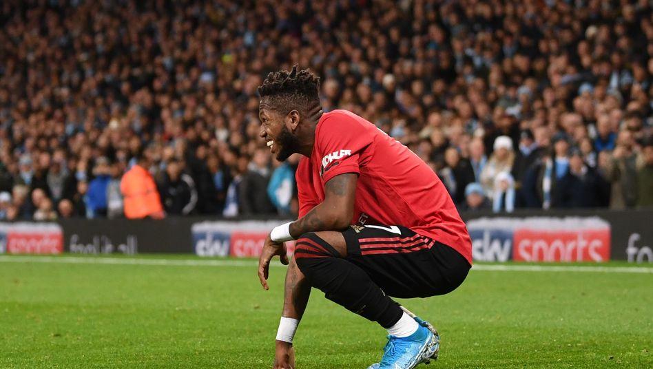 Uniteds Mittelfeldspieler Fred, nachdem er mit Gegenständen beworfen wurde
