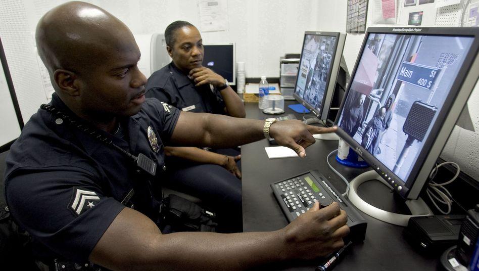 Polizisten in Los Angeles bei der Arbeit mit Überwachungskameras
