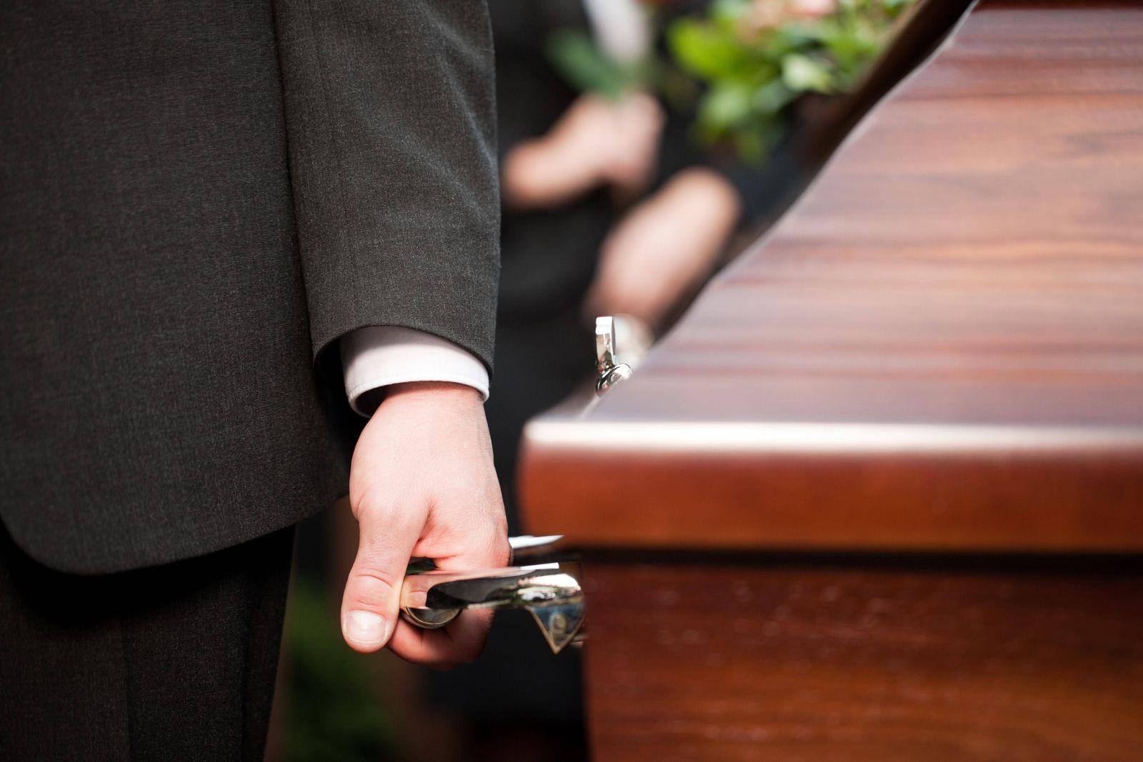 funeral with coffin PUBLICATIONxINxGERxSUIxAUTxONLY Copyright xKzenonx Panthermedia06254569