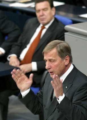 Unter Zeitdruck: Clement (r.) und Schröder im Bundestag