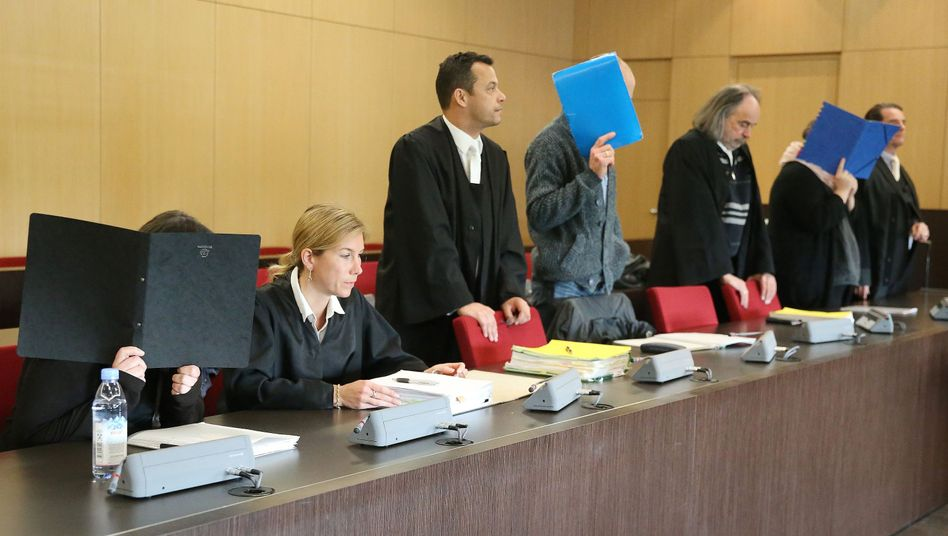 Die Angeklagten und ihre Anwälte