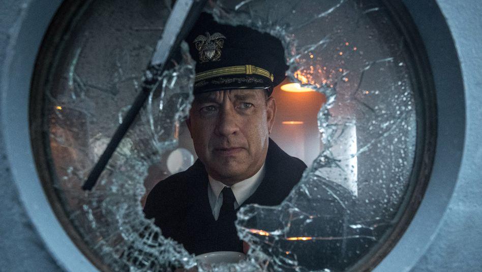 """Hauptdarsteller Tom Hanks hat als Kapitän in """"Greyhound"""" Gewissensqualen."""