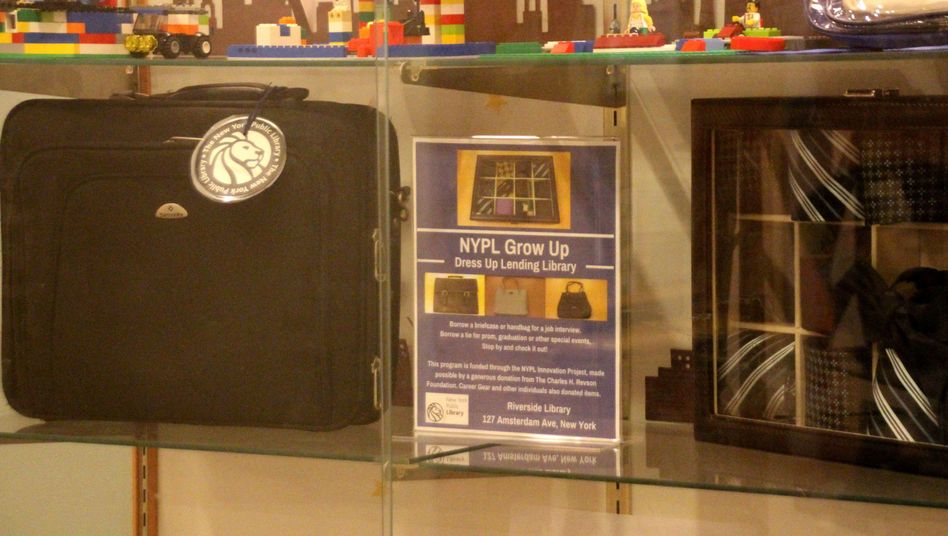 Eine Computertasche und Krawatten in einer Filiale der New Yorker Stadtbibliothek