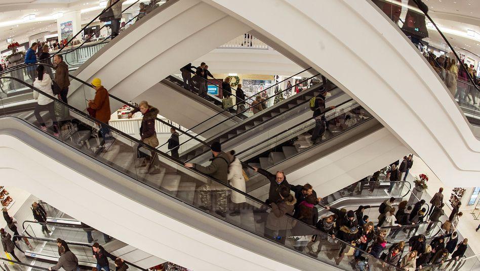 Kunden in einem Berliner Einkaufszentrum: Reallöhne steigen kräftig