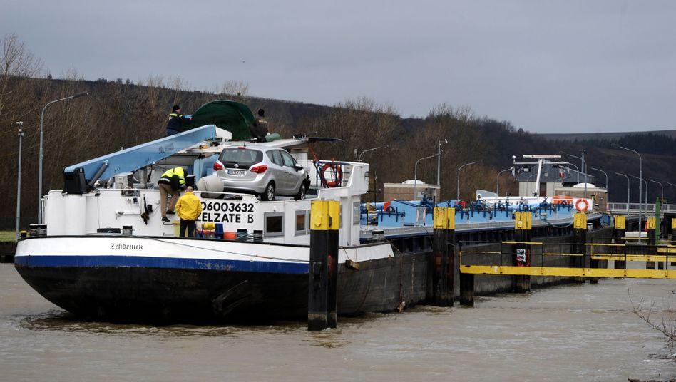 Staustufe Detzem: Helfer arbeiten auf dem beschädigten Steuerstand eines Tankschiffes