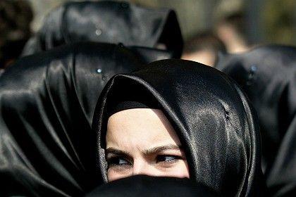 Türkische Frau mit strengem Kopftuch: Sorge vor der schleichenden Islamisierung
