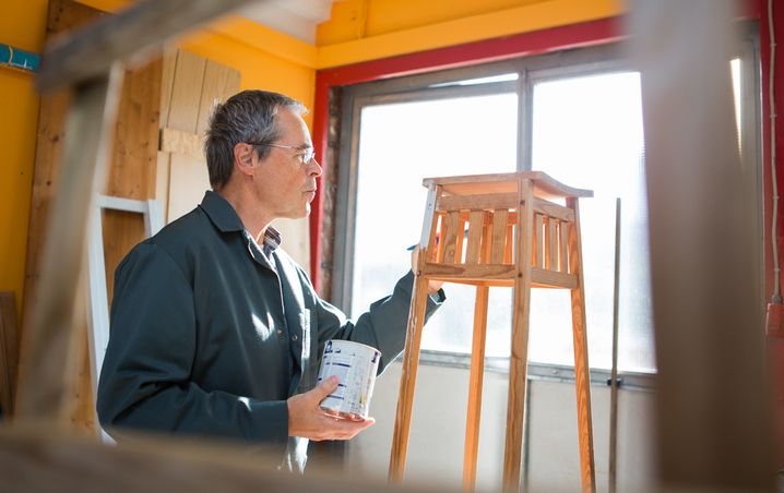 Theodor Burkhardt ist konzentriert bei der Arbeit