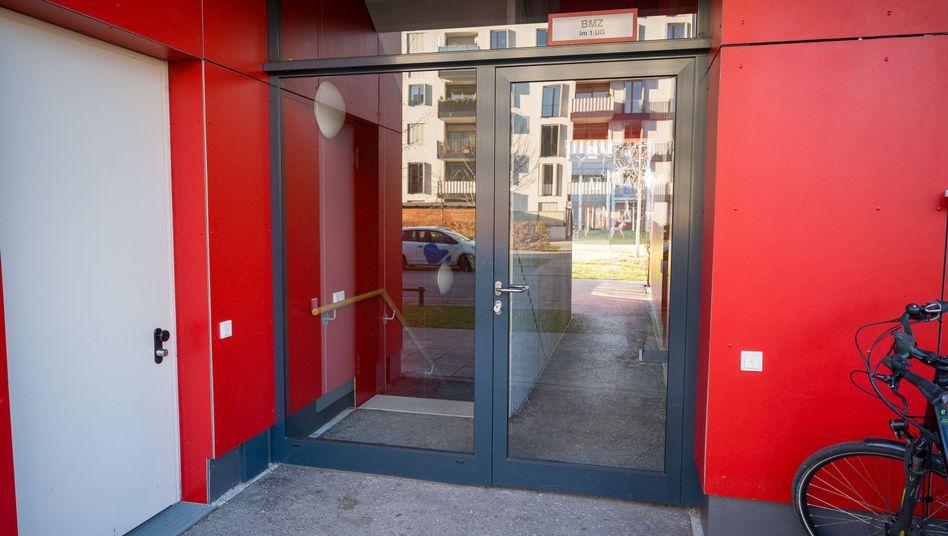 Fundort in München: Hinter dieser Glastür wurde das Baby entdeckt