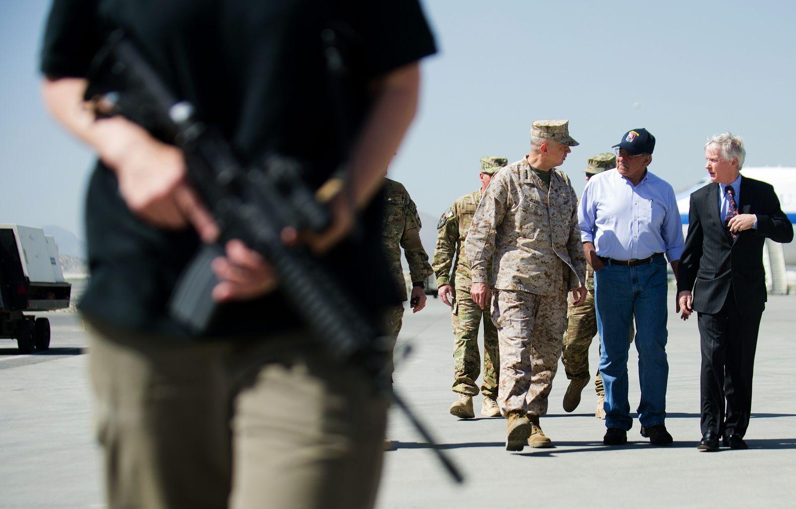 panetta in afghanistan rollfeld