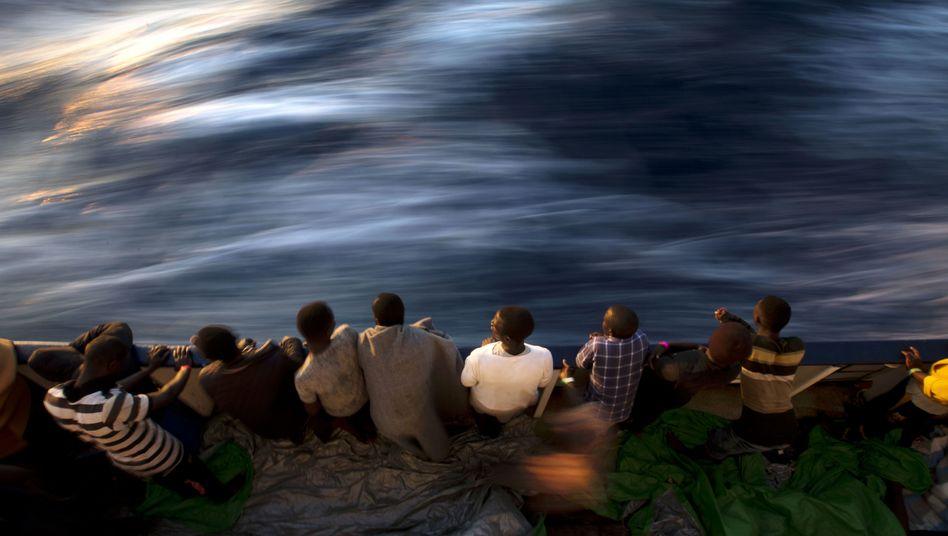 "Migranten an Bord der ""Golfo Azzurro"" (im Juni 2017)"