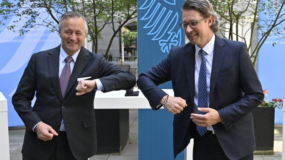 Bundesverkehrsminister Andreas Scheuer (rechts, CSU) und Vodafone-Vorstandsvorsitzender Hannes Ametsreiter begrüßen sich Corona-kompatibel
