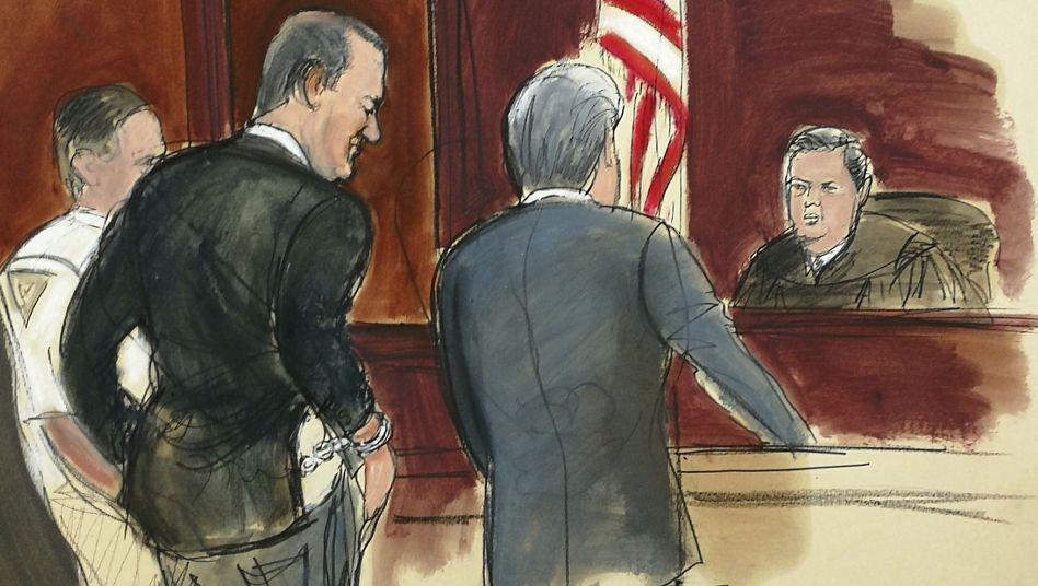 Harvey Weinstein (im schwarzen Anzug) vor Gericht
